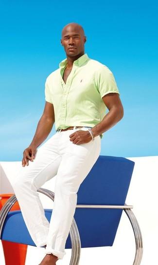 Comment porter: chemise à manches courtes chartreuse, pantalon chino blanc, ceinture en cuir marron