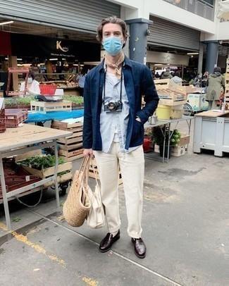 Comment porter une chemise à manches longues bleu marine: Essaie d'harmoniser une chemise à manches longues bleu marine avec un pantalon chino blanc pour un déjeuner le dimanche entre amis. Apportez une touche d'élégance à votre tenue avec une paire de slippers en cuir bordeaux.