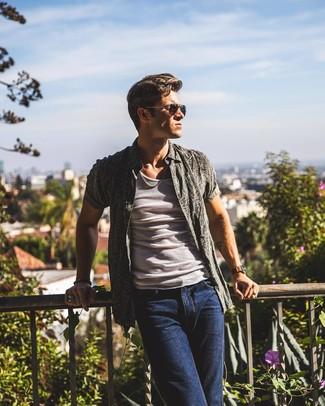 Comment porter: chemise à manches courtes imprimée gris foncé, débardeur blanc, jean bleu marine, lunettes de soleil noires