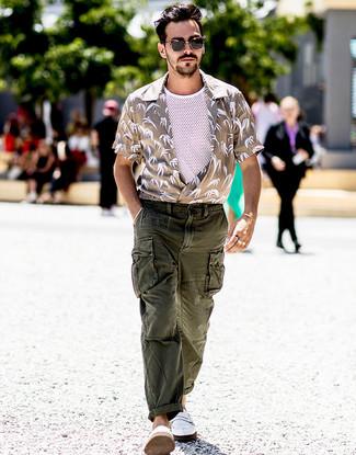 Comment porter une chemise à manches courtes beige: Associe une chemise à manches courtes beige avec un pantalon cargo vert foncé pour un look de tous les jours facile à porter. Une paire de des slippers en cuir blancs ajoutera de l'élégance à un look simple.