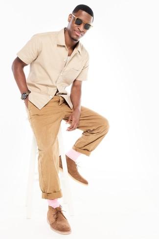 Comment porter une chemise à manches courtes beige: Marie une chemise à manches courtes beige avec un pantalon chino marron clair pour affronter sans effort les défis que la journée te réserve. Une paire de des bottines chukka en daim marron clair s'intégrera de manière fluide à une grande variété de tenues.