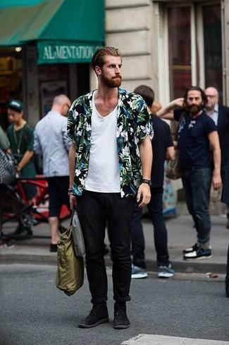 Comment porter: chemise à manches courtes à fleurs noire, débardeur blanc, pantalon chino noir, bottines chukka en daim noires