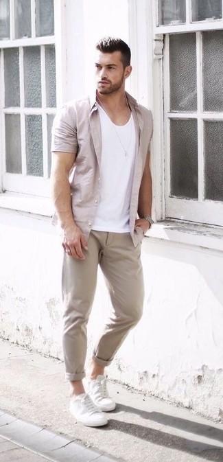 Comment porter une chemise à manches courtes beige: Essaie d'harmoniser une chemise à manches courtes beige avec un pantalon chino beige pour une tenue confortable aussi composée avec goût. Termine ce look avec une paire de des baskets basses en cuir blanches.