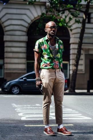 Comment porter: chemise à manches courtes imprimée verte, débardeur à rayures horizontales blanc et bleu marine, pantalon chino marron clair, chaussures derby en cuir marron