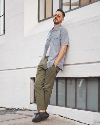 Comment porter: chemise à manches courtes à rayures verticales blanc et bleu, débardeur blanc, pantalon chino olive, baskets basses en cuir noires