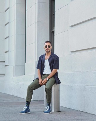 Comment porter: chemise à manches courtes bleu marine, débardeur blanc, pantalon chino vert foncé, lunettes de soleil vert foncé