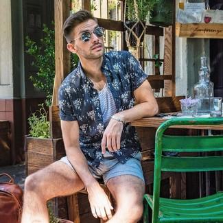 Comment porter: chemise à manches courtes à fleurs bleu marine et blanc, débardeur à rayures horizontales blanc et bleu, short bleu clair, lunettes de soleil noires