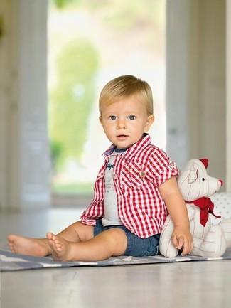 Comment porter: chemise à manches courtes écossaise rouge, t-shirt imprimé gris, short en denim bleu