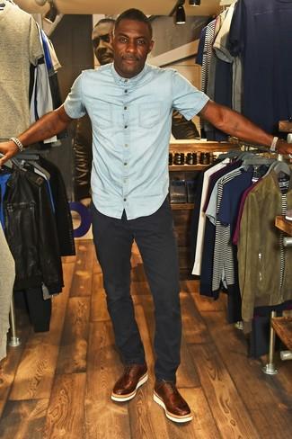 Comment porter: chemise à manches courtes en denim bleu clair, pantalon chino noir, chaussures brogues en cuir marron