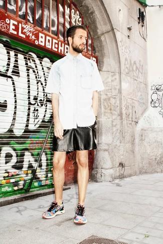 Comment porter: chemise à manches courtes en denim bleu clair, short en cuir noir, chaussures de sport imprimées multicolores