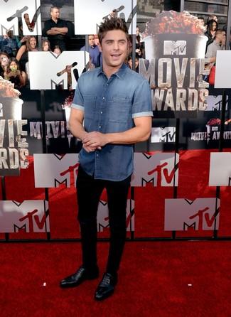 Comment porter: chemise à manches courtes en denim bleue, pantalon chino noir, chaussures richelieu en cuir noires