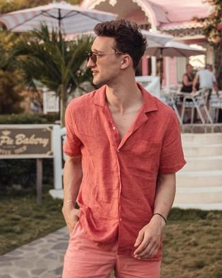 Comment porter: chemise à manches courtes en lin rouge, short fuchsia, lunettes de soleil marron