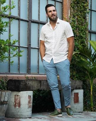 Comment porter: chemise à manches courtes imprimée blanche, pantalon chino bleu clair, chaussures richelieu en cuir vert foncé