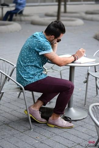 Comment porter: chemise à manches courtes imprimée bleue, pantalon chino pourpre foncé, chaussures brogues en cuir violet clair