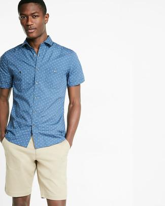 Comment porter: chemise à manches courtes imprimée bleue, short beige