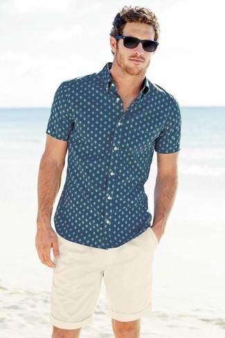 Comment porter: chemise à manches courtes imprimée bleue, short beige, lunettes de soleil bleu marine