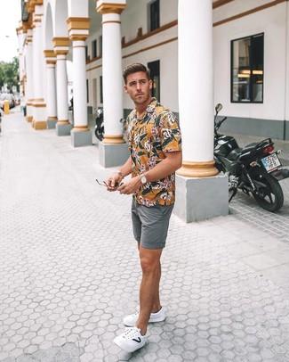 Comment porter: chemise à manches courtes à fleurs jaune, short gris, baskets basses en cuir blanches, montre en cuir marron clair
