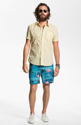 Comment porter: chemise à manches courtes jaune, short imprimé turquoise, baskets basses beiges