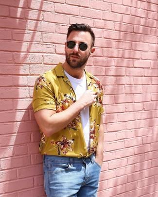 Comment porter: chemise à manches courtes à fleurs jaune, t-shirt à col rond blanc, jean bleu clair, lunettes de soleil noires