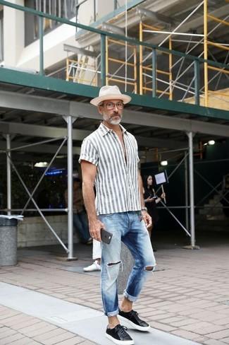 Comment porter: chemise à manches courtes à rayures verticales grise, jean déchiré bleu clair, baskets basses en cuir noires, chapeau de paille blanc