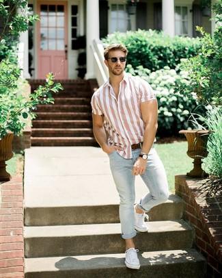 Comment porter: chemise à manches courtes à rayures verticales rose, jean bleu clair, baskets basses en toile blanches, ceinture en cuir marron foncé