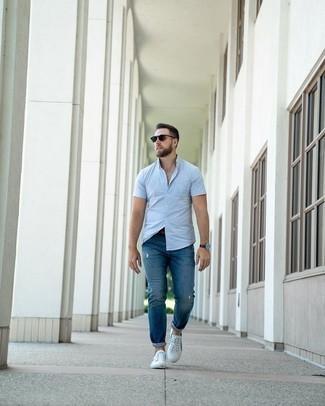 Comment porter des baskets basses en toile blanc et bleu marine: Essaie de marier une chemise à manches courtes bleu clair avec un jean déchiré bleu pour un look confortable et décontracté. Apportez une touche d'élégance à votre tenue avec une paire de baskets basses en toile blanc et bleu marine.