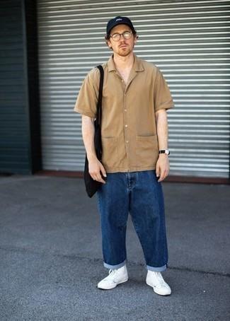 Comment porter une chemise à manches courtes marron clair: Harmonise une chemise à manches courtes marron clair avec un jean bleu marine pour une tenue idéale le week-end. Tu veux y aller doucement avec les chaussures? Choisis une paire de baskets montantes en toile blanches pour la journée.
