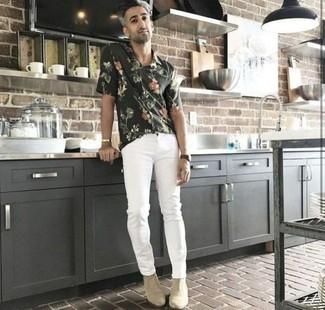 Comment porter des bottines chelsea en daim beiges: Opte pour une chemise à manches courtes à fleurs vert foncé avec un jean blanc pour obtenir un look relax mais stylé. Opte pour une paire de des bottines chelsea en daim beiges pour afficher ton expertise vestimentaire.