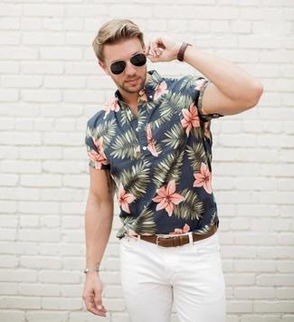 Comment porter: chemise à manches courtes à fleurs noire, jean blanc, ceinture en cuir marron, lunettes de soleil noires