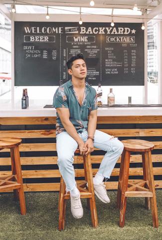 Comment porter: chemise à manches courtes imprimée bleue, jean déchiré bleu clair, chaussures de sport beiges, montre en cuir marron foncé