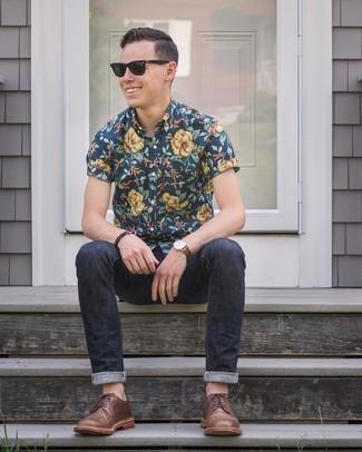 Comment s'habiller à 20 ans: Essaie d'associer une chemise à manches courtes à fleurs bleu marine avec un jean bleu marine pour affronter sans effort les défis que la journée te réserve. Une paire de chaussures derby en cuir marron rendra élégant même le plus décontracté des looks.