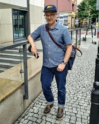 Comment s'habiller après 40 ans: Pour une tenue de tous les jours pleine de caractère et de personnalité opte pour une chemise à manches courtes en chambray bleue avec un jean bleu marine. Habille ta tenue avec une paire de chaussures derby en cuir épaisses marron foncé.
