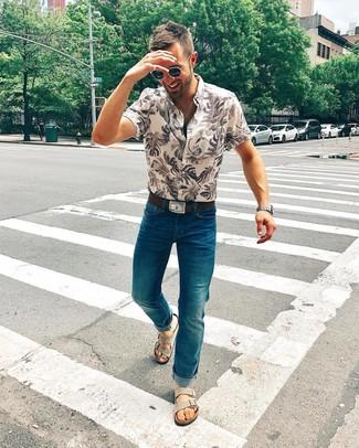 Comment porter: chemise à manches courtes imprimée beige, jean bleu canard, sandales en daim grises, ceinture en cuir marron foncé