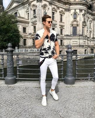 Comment porter une chemise à manches courtes à fleurs blanche et noire: Associe une chemise à manches courtes à fleurs blanche et noire avec un jean skinny blanc pour un look idéal le week-end. Une paire de des baskets basses en cuir blanches apportera une esthétique classique à l'ensemble.
