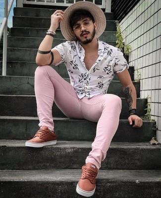 Comment porter: chemise à manches courtes à fleurs blanche, jean skinny rose, baskets basses en cuir marron, montre en cuir noire