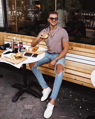Comment porter: chemise à manches courtes à rayures verticales blanc et rouge, jean skinny déchiré bleu clair, baskets basses en cuir blanches, lunettes de soleil marron foncé