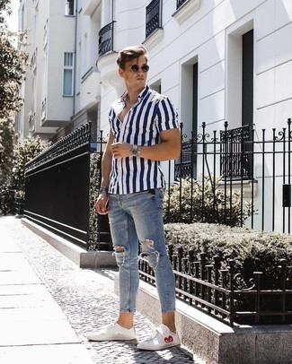 Comment porter un bracelet: Essaie d'harmoniser une chemise à manches courtes à rayures verticales bleu marine et blanc avec un bracelet pour un look idéal le week-end. Termine ce look avec une paire de des baskets basses imprimées blanches pour afficher ton expertise vestimentaire.