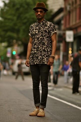 Comment porter: chemise à manches courtes à fleurs noire, jean skinny noir, bottines chukka en daim marron clair, chapeau en laine pourpre foncé