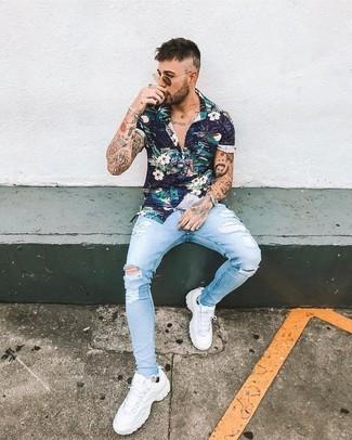Comment porter: chemise à manches courtes à fleurs bleu marine, jean skinny déchiré bleu clair, chaussures de sport blanches, lunettes de soleil marron