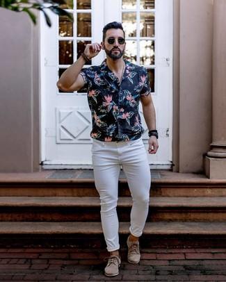 Comment porter: chemise à manches courtes à fleurs noire, jean skinny blanc, chaussures derby en daim beiges, lunettes de soleil noires