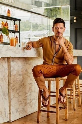 Comment porter un bracelet doré: Harmonise une chemise à manches courtes marron clair avec un bracelet doré pour une tenue relax mais stylée. Jouez la carte décontractée pour les chaussures et fais d'une paire de des tongs en cuir marron foncé ton choix de souliers.