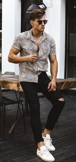 Comment porter: chemise à manches courtes imprimée marron, jean skinny déchiré noir, baskets basses en toile blanches, lunettes de soleil noires
