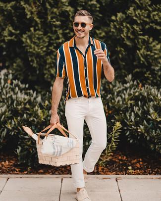 Comment porter: chemise à manches courtes à rayures verticales multicolore, jean skinny blanc, baskets basses en daim beiges, lunettes de soleil marron