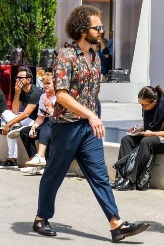 Comment porter un pantalon chino bleu marine: Pense à opter pour une chemise à manches courtes imprimée multicolore et un pantalon chino bleu marine pour affronter sans effort les défis que la journée te réserve. Ajoute une paire de des chaussures derby en cuir noires à ton look pour une amélioration instantanée de ton style.
