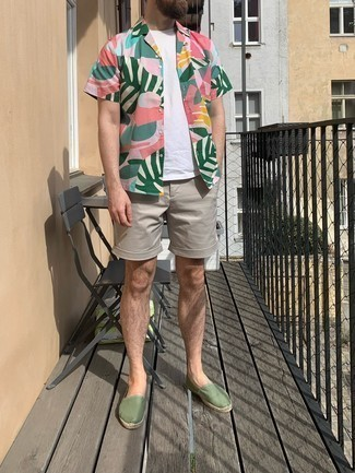 Comment porter des espadrilles: Opte pour une chemise à manches courtes imprimée multicolore avec un short gris pour affronter sans effort les défis que la journée te réserve. Une paire de espadrilles est une option génial pour complèter cette tenue.