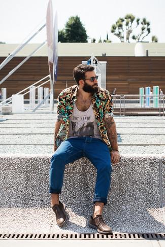 Comment porter: chemise à manches courtes à fleurs noire, débardeur imprimé gris, jean bleu, chaussures derby en cuir marron