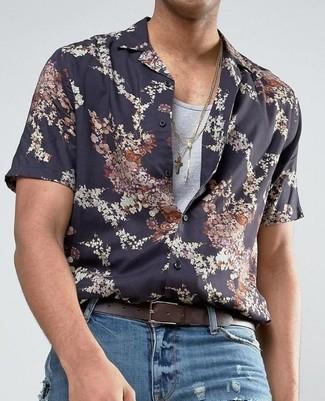 Comment porter: chemise à manches courtes à fleurs noire, débardeur gris, jean déchiré bleu, ceinture en cuir marron foncé