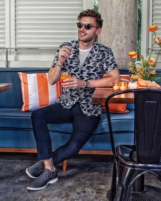Comment porter: chemise à manches courtes imprimée noire et blanche, t-shirt à col rond en tulle blanc, pantalon chino bleu marine, chaussures derby en cuir bleu marine