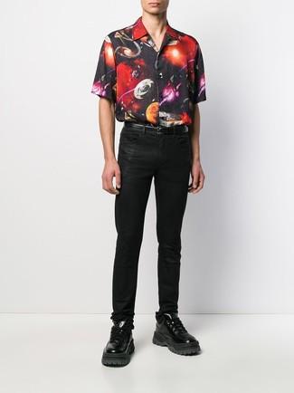 Comment porter: chemise à manches courtes imprimée noire, jean noir, chaussures de sport en cuir noires, ceinture en cuir noire