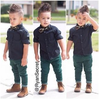 Comment porter: chemise à manches courtes noire, jean vert, bottes marron clair, nœud papillon vert foncé